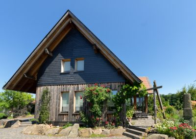 Holzhaus mit Giebelverkleidung Schiefer